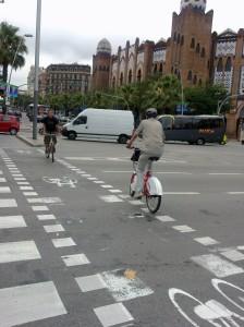 Usuario de Bicing con casco