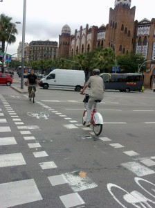 Usuario de Bicing con casco